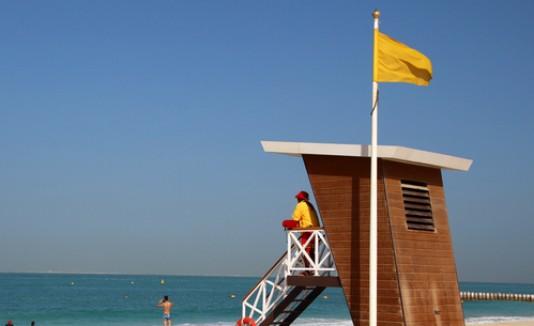 Playa con bandera amarilla