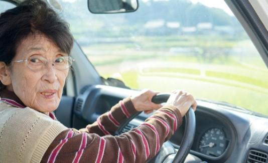 Mujer japonesa conduciendo