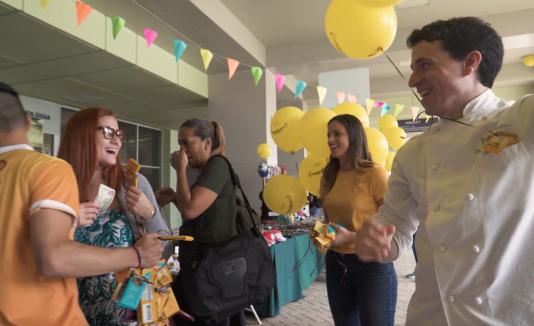 Boricuas sonríen con chocolate en el Día Internacional de la Felicidad