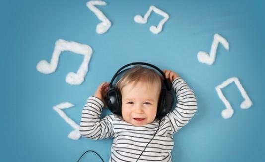 Bebé escuchando música