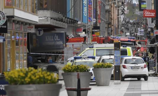 Camión choca contra tienda en Estocolmo