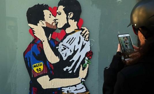 Grafiti Beso de Messi y Cristiano Ronaldo