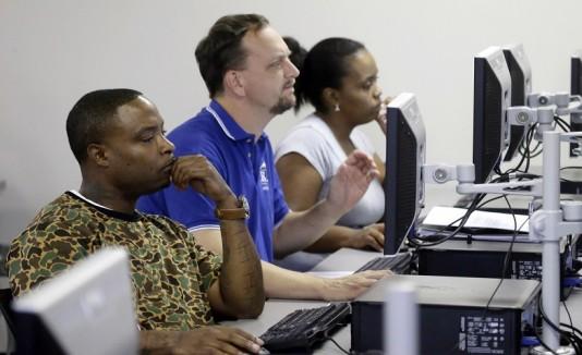 Gente frente a computadora