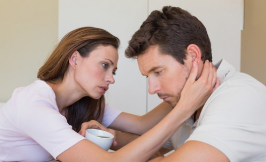 Mujer consolando a su pareja