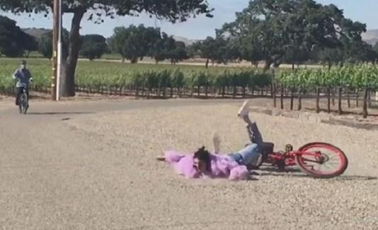Kloe se cae de la bicicleta