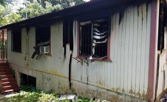 Familia solicita ayuda tras perder su casa en incendio