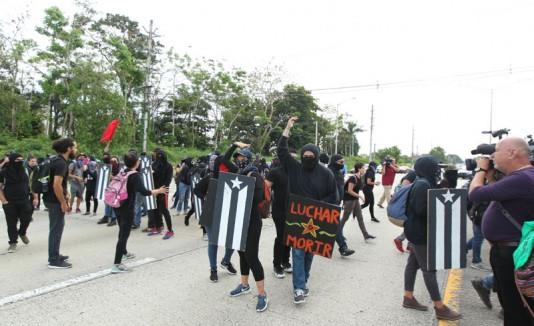 Estudiantes bloquean la avenida Piñero