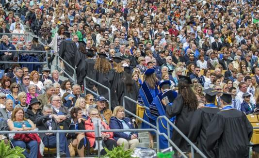Graduados abandonan su ceremonia al presentar a Mike Pence