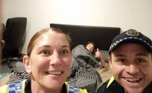 Tras jangueo intenso, un australiano encontró este selfie en su celular