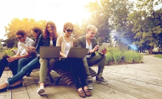 Jóvenes en computadora