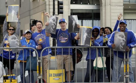 Fanaticada de los Warriors celebra el campeonato