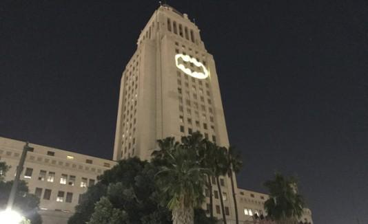 Prenden la batiseñal en Los Ángeles en honor a Adam West