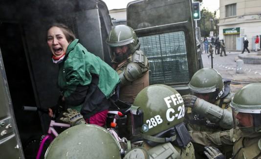 Durante la manifestación hubo encontronazos con la Policía cuando los estudiantes marcharon en los carriles que no se les había asignado.