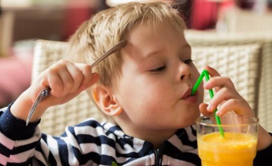 Niño bebiendo jugo