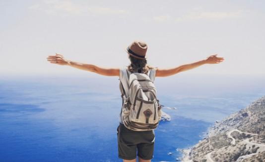 Mujer sobre una montaña, roadtrip, viajes, aventura