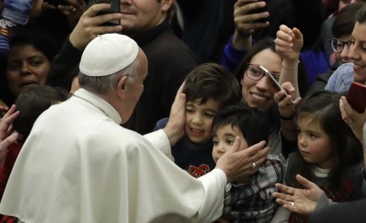 El papa con niños