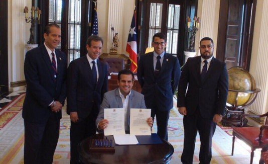 Ricardo Rosselló firma medidas que buscan fondos para la UPR
