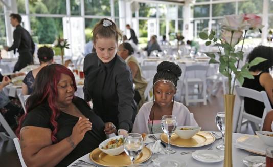 Novia dona alimentos de su boda cancelada a personas sin hogar