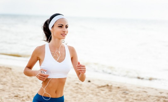 Ejercicios, mujer corriendo en la playa