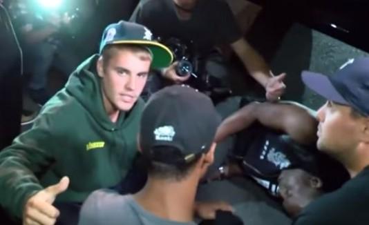 Justin Bieber golpea accidentalmente a un fotógrafo con una guagua