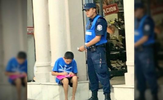 Este policía argentino conmovió en las redes por su generoso acto con un  niño