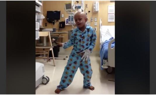 Niño baila al estilo de Michael Jackson