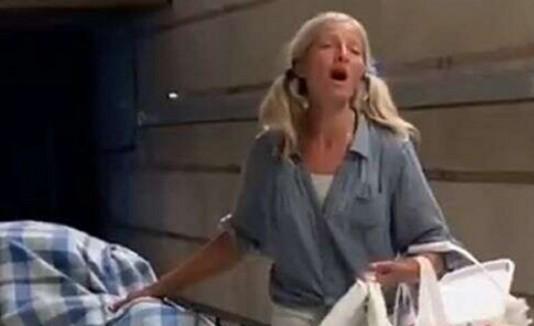 Emily Zamourka cantando en el andén del metro de Los Angeles,