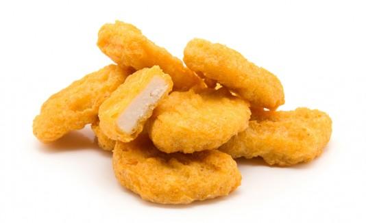 la engañaron y la obligaron a comer nuggets de pollo, los cuales creía que eran veganos.