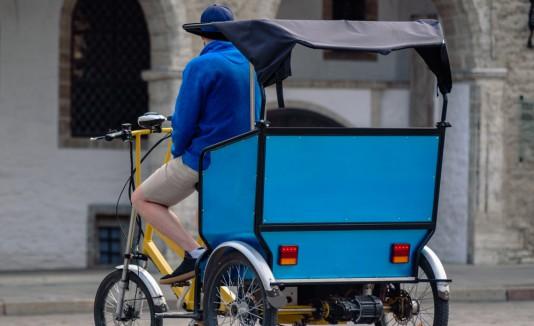 El niño no sufrió ninguna lesión ya que aterrizó sobre el asiento trasero de una bicitaxi que pasaba