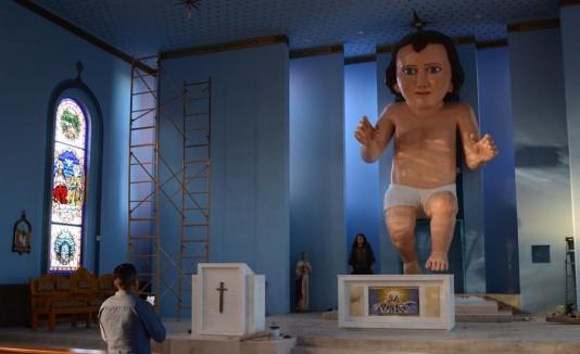 Feligreses católicos acuden este jueves a observar la figura del Niño Dios, a la parroquia de la Epifanía del Señor en la comunidad del Zóquite, en el estado de Zacatecas (México).