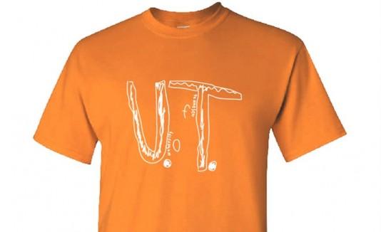 Fotografía cedida por la tienda oficial del campus de la Universidad de Tennessee (UTVolShop) que muestra la camiseta UT creada a partir del modelo de un niño que sufrió acoso escolar. EFE/Utvolshop