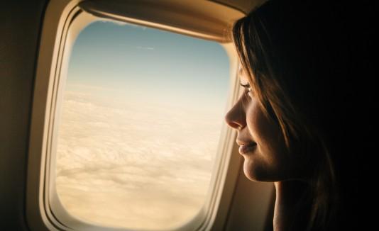 Mujer viaja en un avión