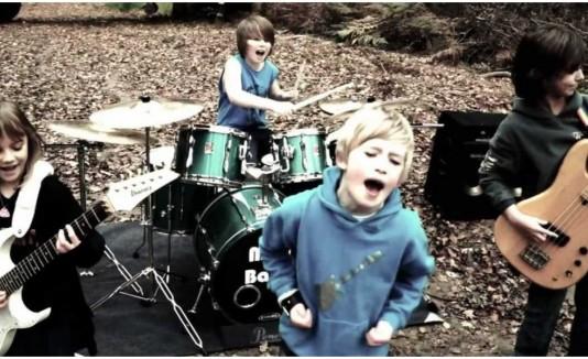Niños tocan Metallica