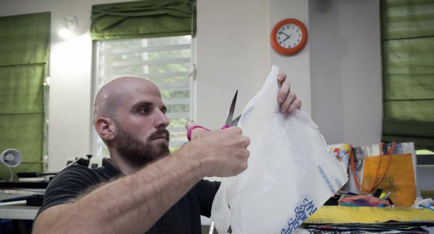 La gran  mayoría de las bolsas plásticas que utiliza Félix Cardona para sus trabajos, las recibe de donaciones y  otras de tiendas que desechan el material.