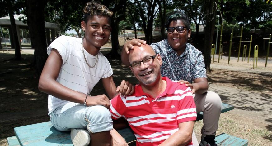 Ángel Ocasio disfruta su familia no tradicionaljunto a sus hijos.