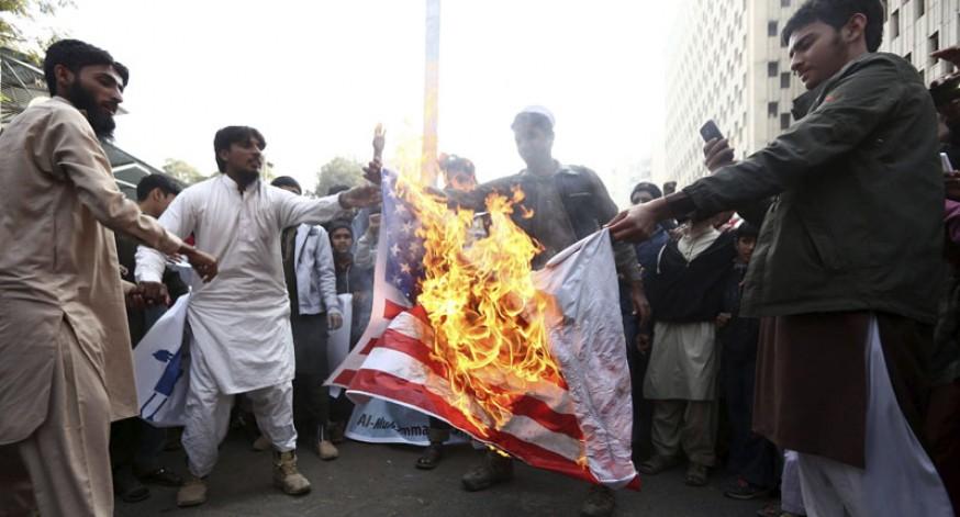 Simpatizantes del grupo de estudiantes Al-Muhammadiya (AMS) queman una bandera de Estados Unidos durante una protesta en Karachi (Pakistán) en contra de las sanciones impuestas por Estados Unidos al grupo AMS tras incluirlo en la lista de grupos terroristas.