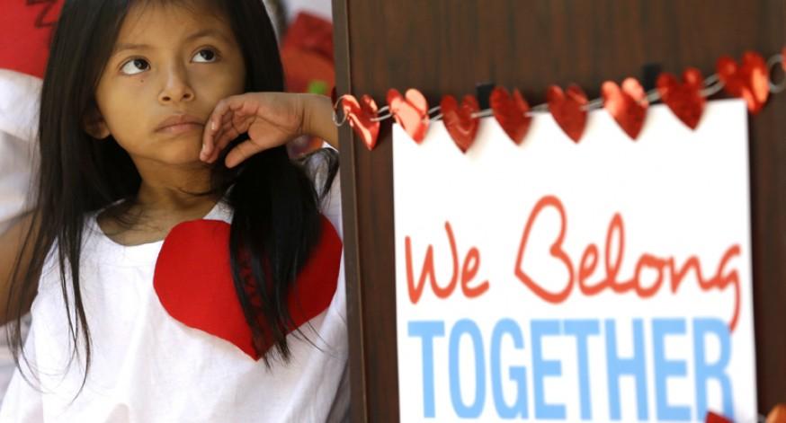 Docenas de niños pertenecientes a familias inmigrantes sin autorización se presentaron en la oficina del alcalde de Miami-Dade, Carlos Giménez, para pedirle que los proteja de la deportación y no los separe.