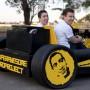 A la izquierda, Raúl Oaida, creador del vehículo.