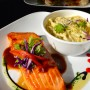 El  salmón es  cocinado a fuego lento y  está cubierto por  una salsa de  jengibre y guayaba