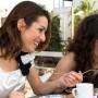 Estudios demuestran que  comer con amistades incrementa la creatividad y sirve como antidepresivo.