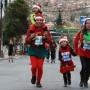Una de las familias bolivianas en la primera carrera de Papás Noeles.