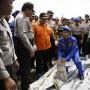 Policía de Indonesia carga partes de un avión encontradas en aguas donde desapareció el vuelo 8501 de AirAsia.