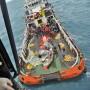 Parte de la cola del avión de AirAsia, al ser recuperada del fondo del mar.