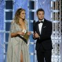 Jennifer López y Jeremy Renner presentando un Golden Globe.
