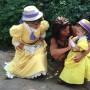 La pequeña junto a Jane y Tarzán.