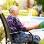 Mujer anciana leyendo un periódico.