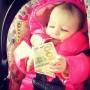 Bebé con un billete.