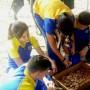 Los estudiantes  del CPA trabajan con la composta.