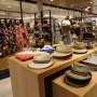 La tienda cuenta con dos pisos de acogedores espacios llenos de  mercancía para complacer a damas, caballeros y niñ@s.