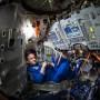 El astronauta Scott Kelly dentro de un simulador de Soyuz.